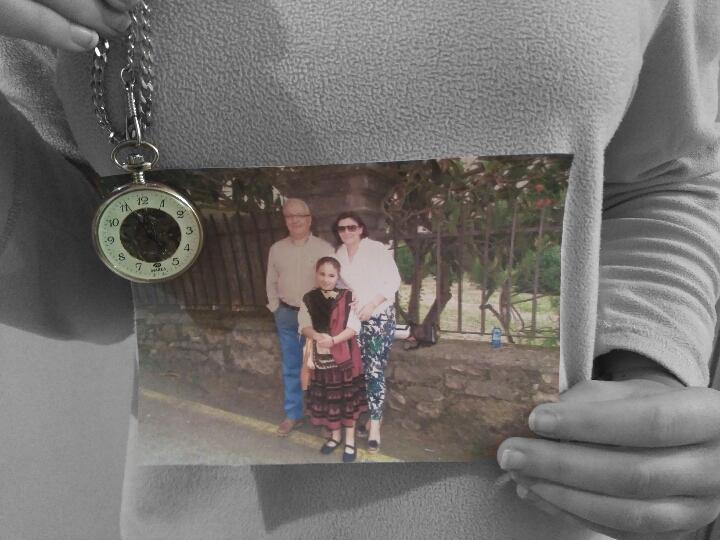 Me llevaría una foto de mi familia y un reloj: La foto, porque con el tiempo acabas olvidando el físico de tus seres queridos y con la foto podría mantener siempre vivo su recuerdo. Y el reloj, porque ha estado en mi familia durante generaciones.