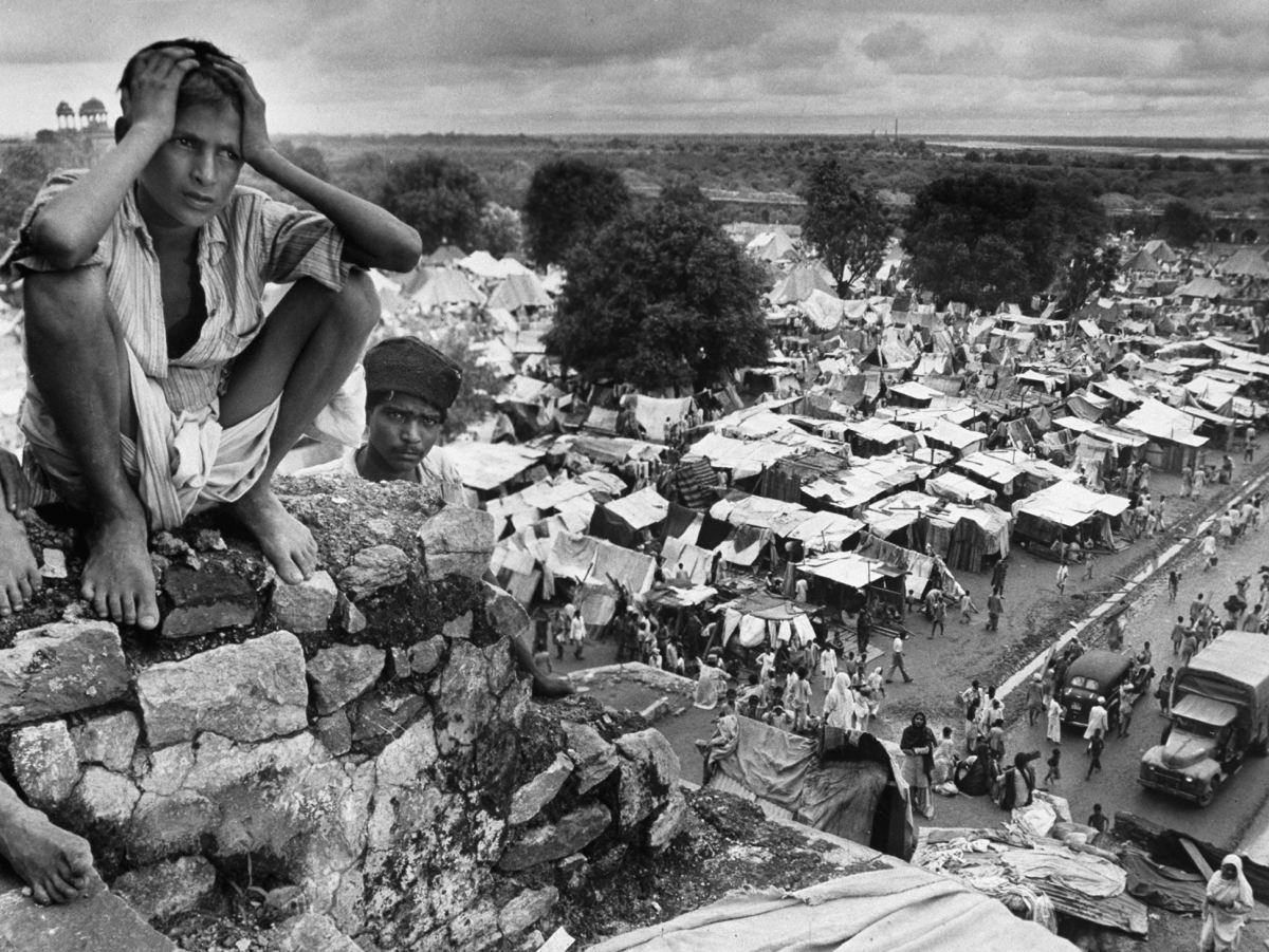 Un joven refugiado sentado en un roca de Purana Qila, transformado en un campo de refugiados (1947). Margaret Bourke-White/LIFE Picture Collection/Getty