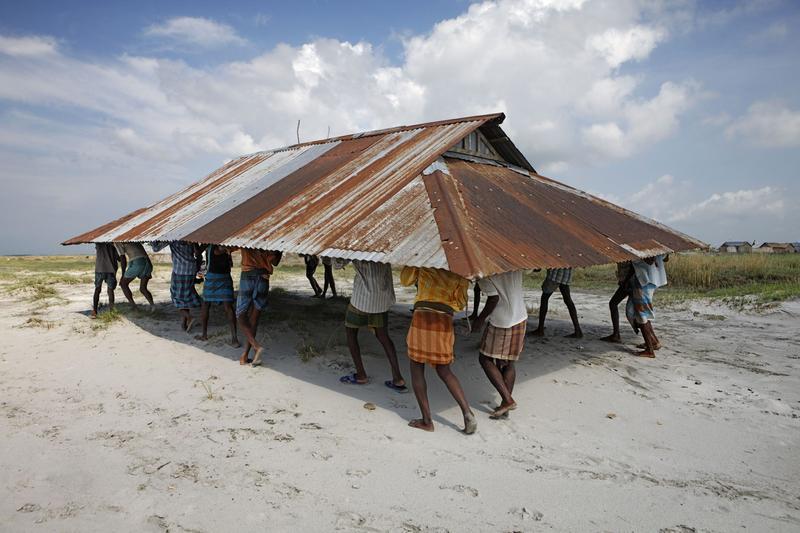 Con la amenaza de la erosión, la mezquita local está siendo reubicada. Distrito Kurigram, Bangladesh (2010). Jonas Bendiksen/Magnum Photos for National Geographic