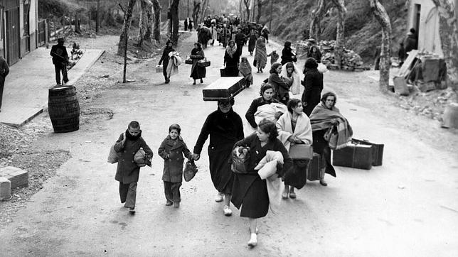Mujeres y niños hacia el exilio a Francia (1939). Gerda Taro