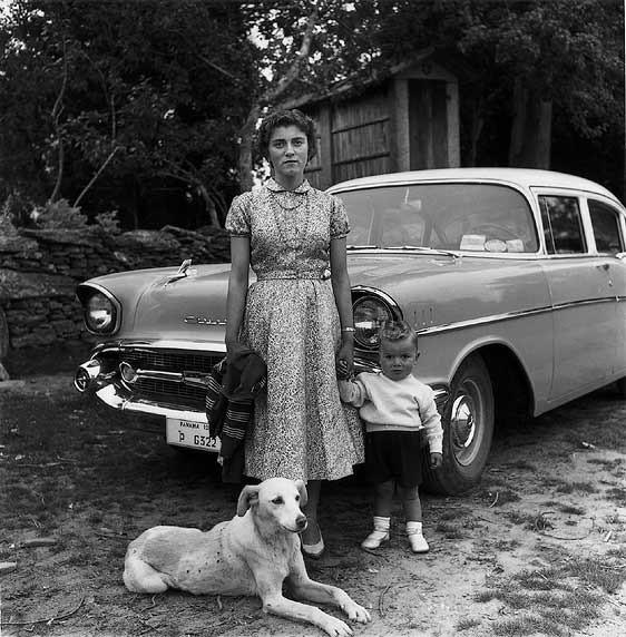 Una madre con su hijo, posando junto a un Chevrolet con matrícula de Panamá, San Marcos (1962)