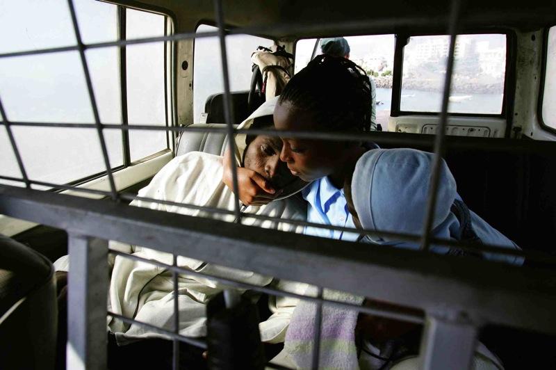 Una pareja con su hija dentro de un vehículo de la Guardia Civil. Fuerteventura (2004). Juan Medina/Reuters