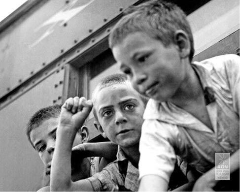 Niños a su salida de Madrid en tren (1937). AGN