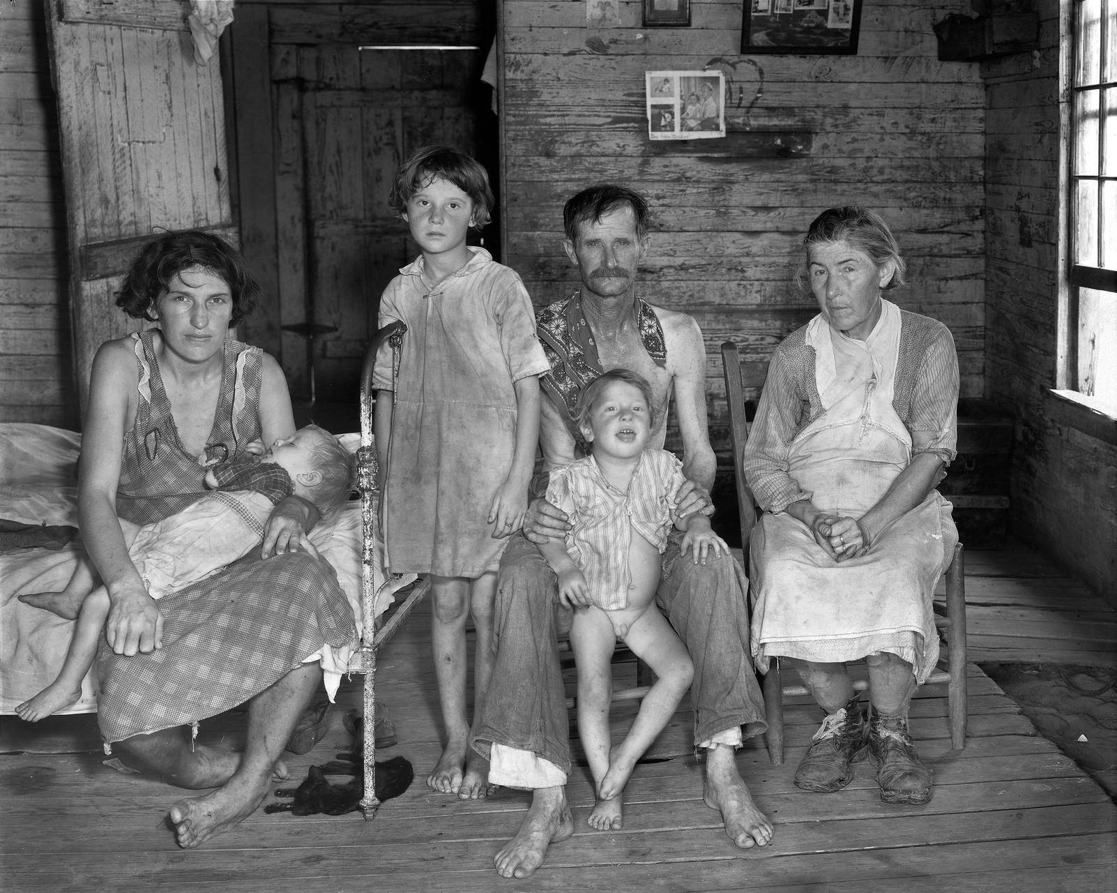 Bud Fields and his family, Alabama (1936). Walker Evans