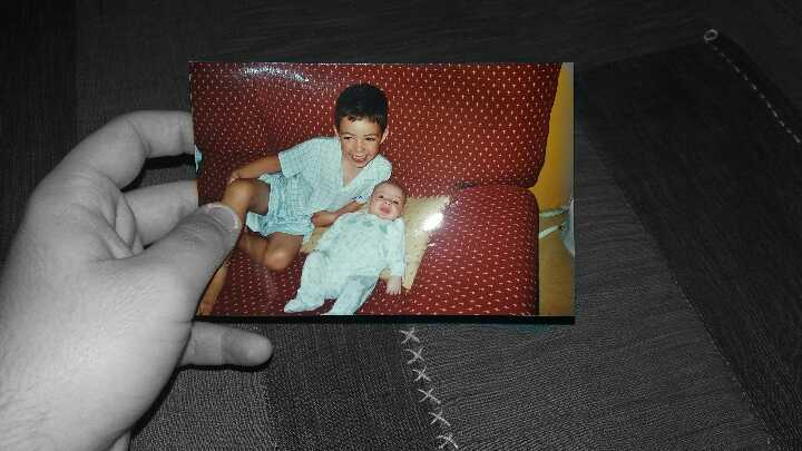 Es una foto que tiene mucho valor para mi,es con mi hermano pequeño y si me tuviera que ir ahora mismo de mi casa, sabiendo que probablemente no le volveré a ver, me gustaría recordarle así.