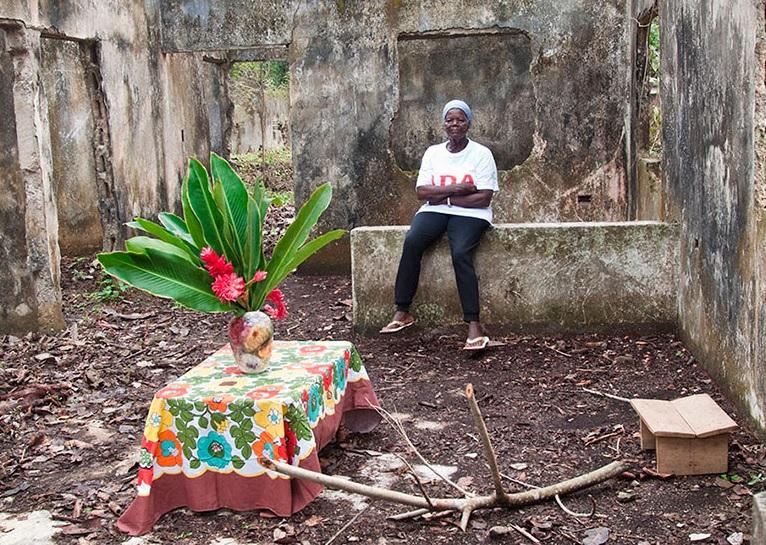 Ana Felicia Velásquez, dignificó su casa abandonada durante la conmemoración del décimo aniversario de Mampuján, Bolívar (2010). Jesús Abad/CNMH