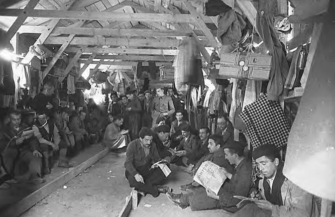 Grupo de internos en su barracón (1939). Agustí Centelles