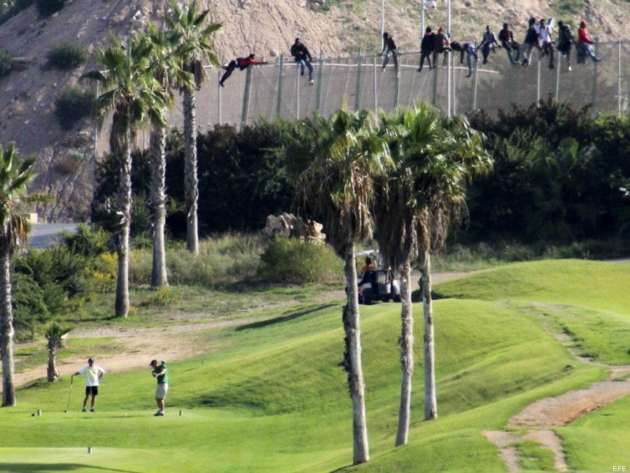 Migrantes en la cerca que separa Marruecos de Melilla (2014). José Palazón