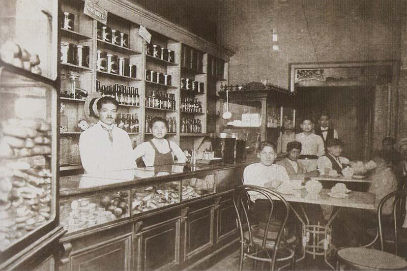 Salón de café del Sr. Tokuchi y hermanos en Lima (1920)