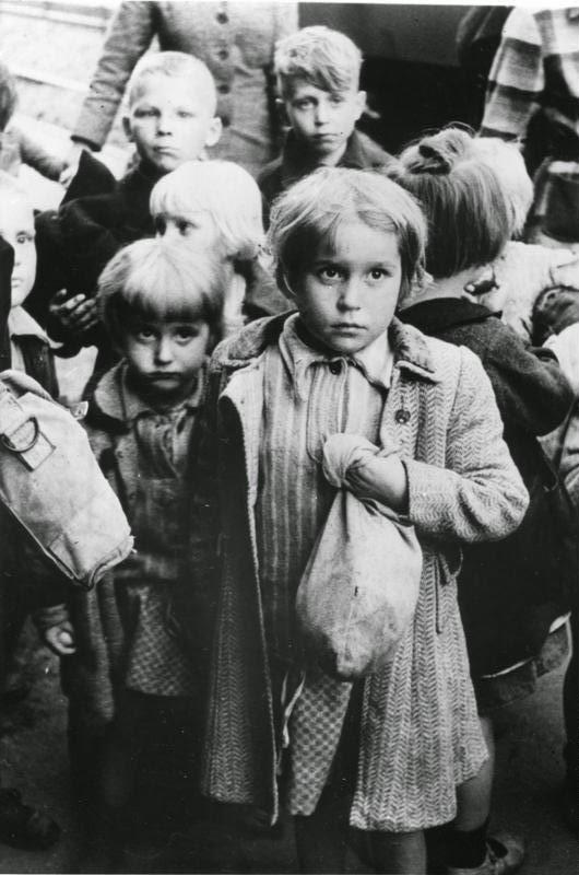 Niños alemanes expulsados de las áreas del este de Alemania tomadas por Polonia llegan a Alemania Occidental (1948)