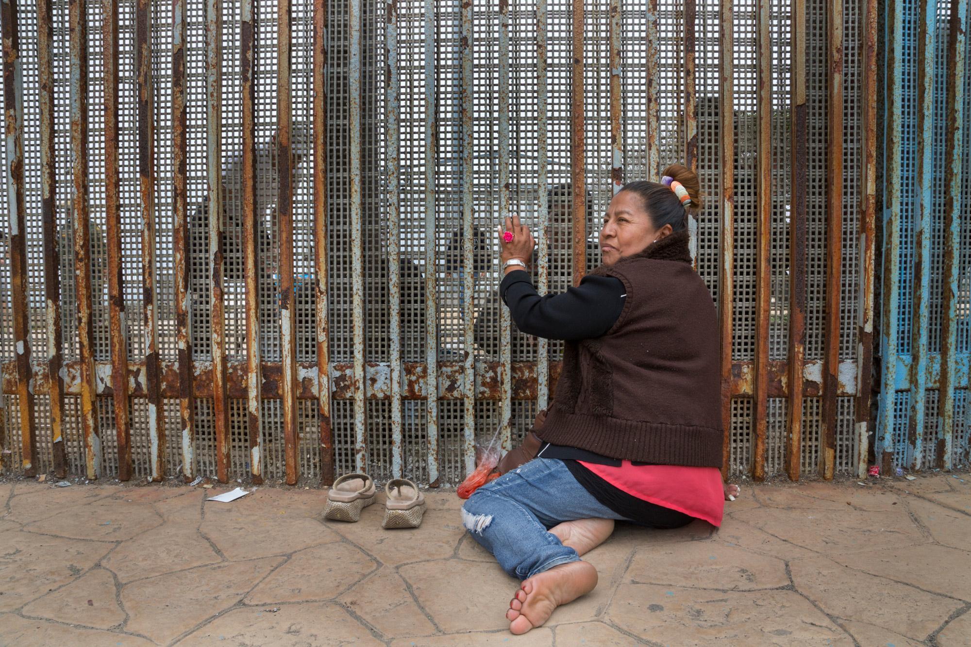 Esther González puede ver pero no abrazar a sus hijos Alejandro y Magdalena. Hace cuatro años se fue de Estados Unidos por una emergencia familiar y aún no pudo regresar