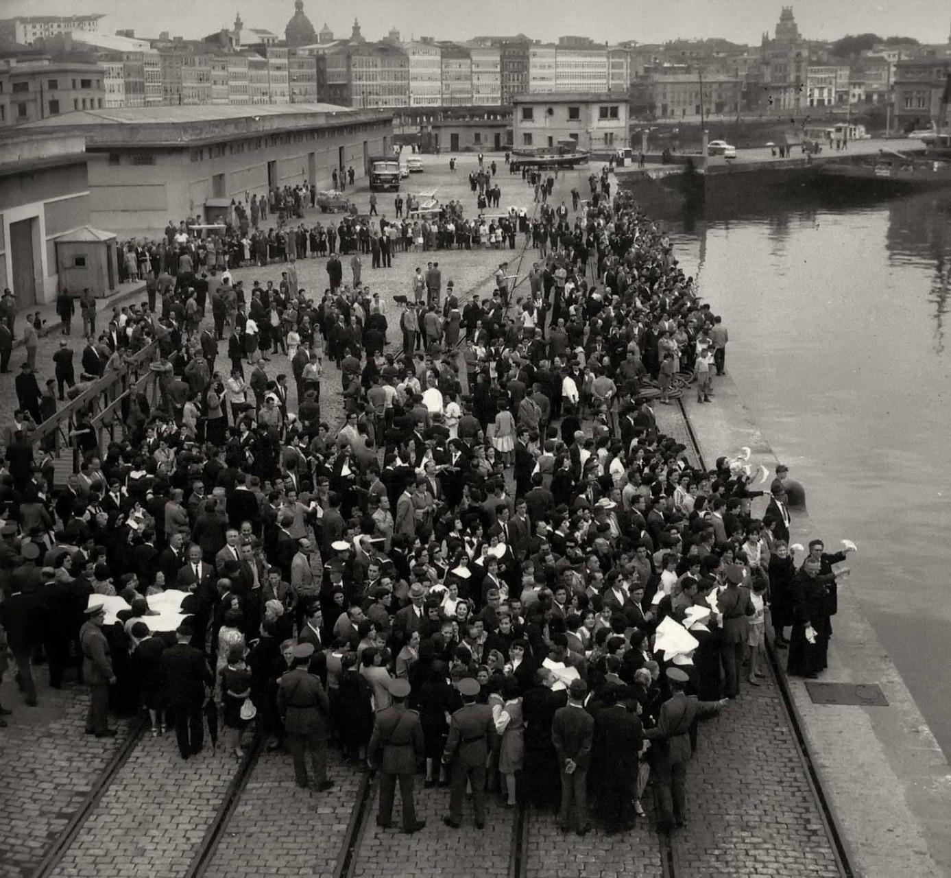 Esperando a que atraque el barco (1961). Puerto de A Coruña