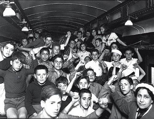 Niños españoles saludando en México (1937)