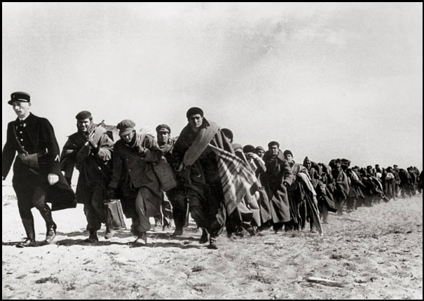 Refugiados hacia un campo de internamiento francés (1939). R. Capa