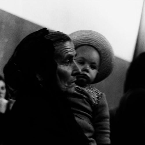 Abuela y nieto despiden a un familiar (1957). Puerto de A Coruña