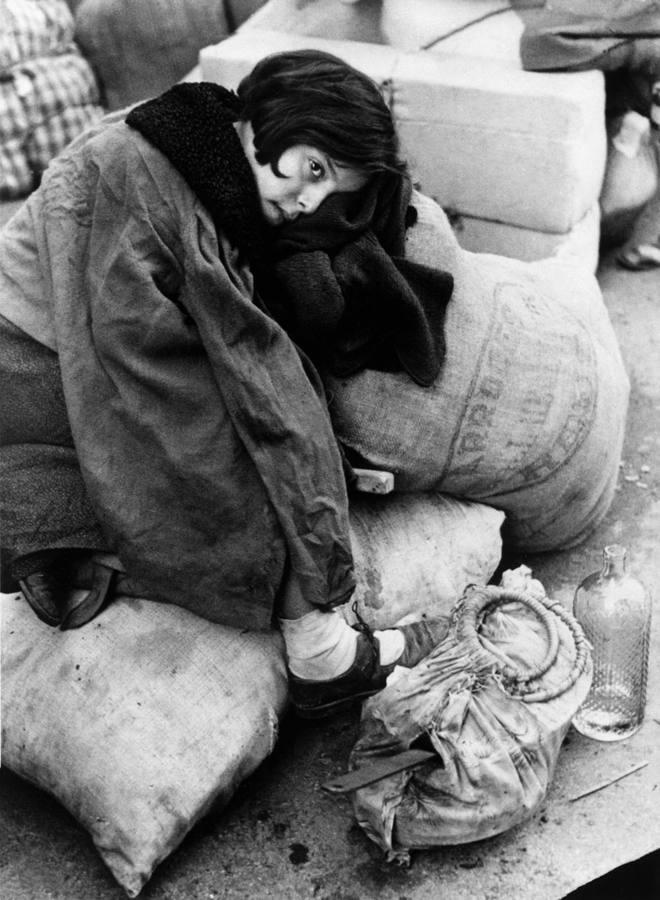 Joven refugiada espera su evacuación en Barcelona (1939). R. Capa