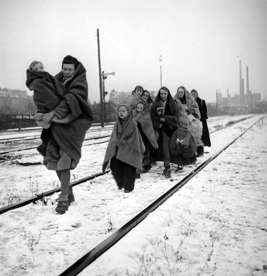 Diez supervivientes de los 150 refugiados que salieron de la ciudad polaca Lodz en dirección a Berlín (1945).Fred Ramage/Getty Images