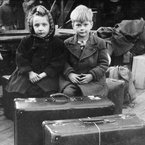 Dos niños esperan ser evacuados en el barco 'Vicent Puchol', Barcelona (1939). Carlos Pérez de Rozas / EFE