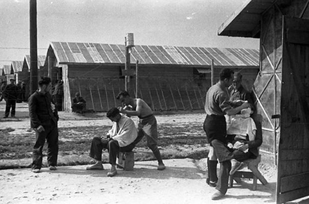 Aseo de internos en el campo (1939). Agustí Centelles