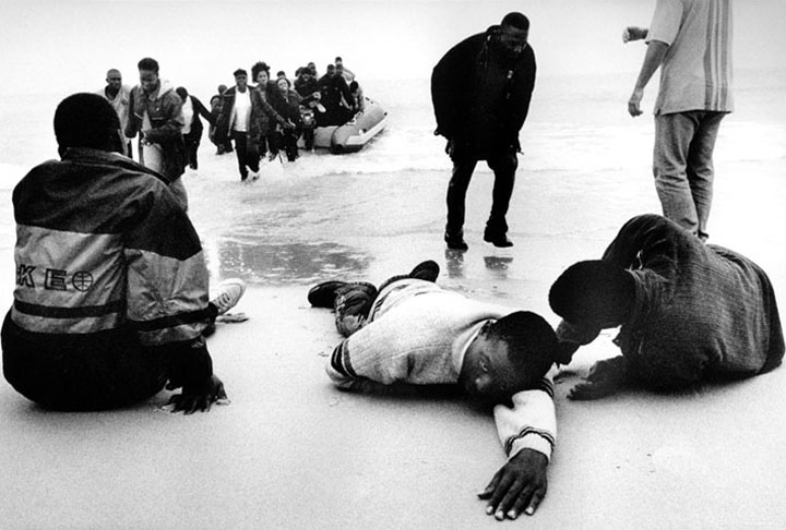 Un grupo de inmigrantes desembarca de una patera tras cruzar el estrecho de Gibraltar. Tarifa. Matías Costa
