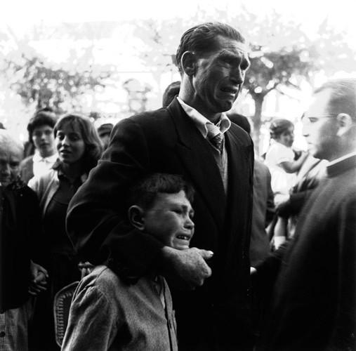 Padre e hijo despiden a un familiar que emigra (1957). Puerto de A Coruña