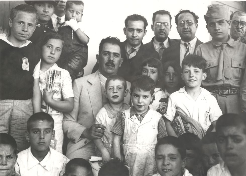 El presidente Lázaro Cárdenas con los Niños de Morelia en Ciudad de México (1937)