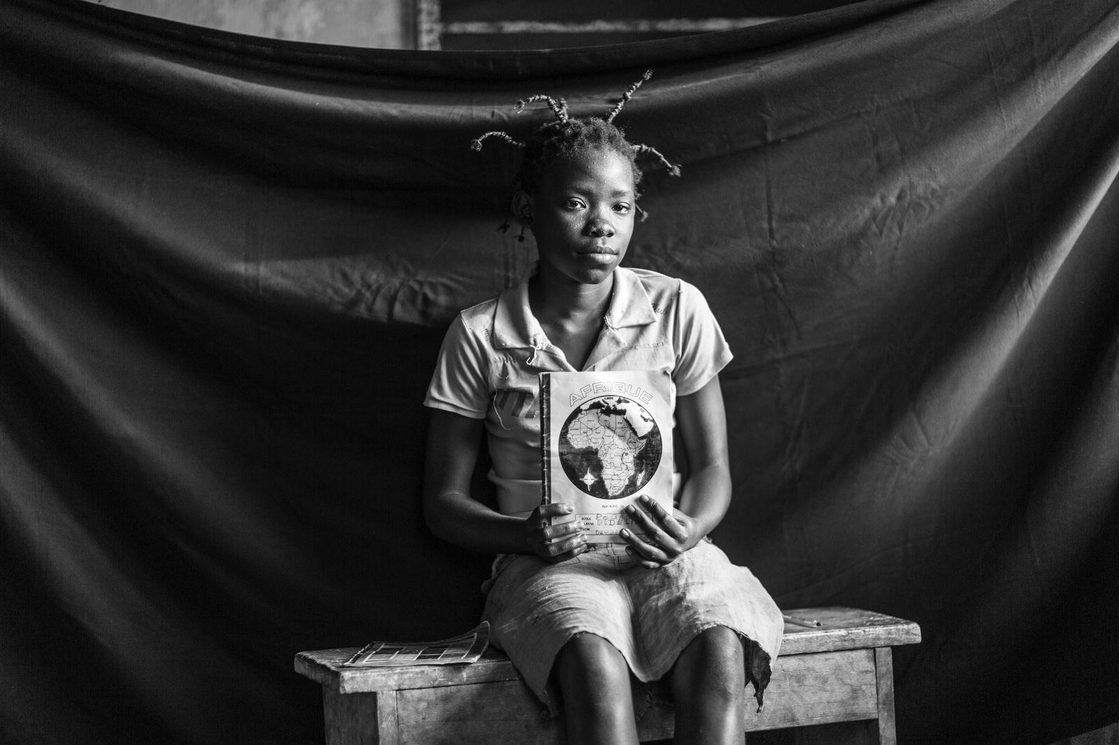 """Fideline huyó con su familia de República Centroafricana con destino a Batanga. """"No pude coger mi mochila, ni mis zapatos ni las cintas de colores para mi cabello, pero sí traje mis cuadernos y mi bolígrafo"""". Brian Sokol/ACNUR"""