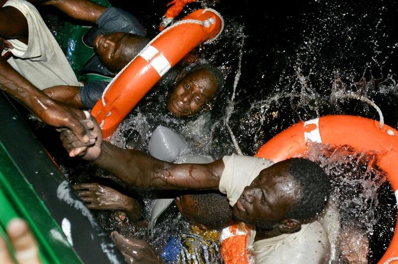 Vuelca la barca en la que viajaban 40 personas. Isa e Ibrahim, originarios de Mali, son rescatados en el agua. Murieron once personas. Fuerteventura (2004). Juan Medina/Reuters