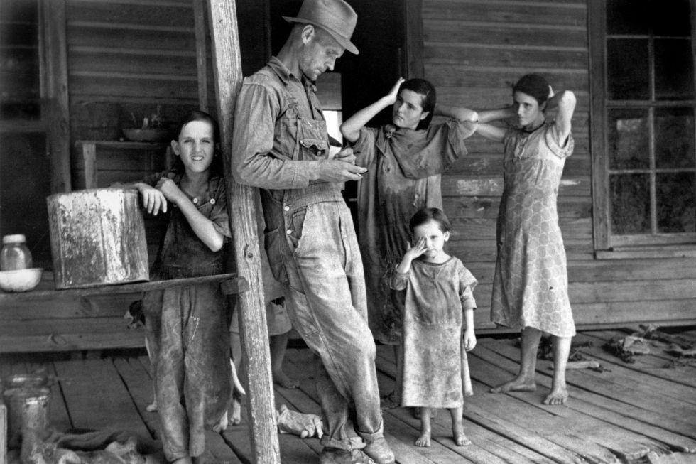 Floyd Burroughs y the children of Tingle, Alabama (1936). Walker Evans