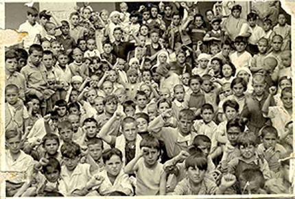 Niños españoles saludan puño en alto a su llegada a México (1937)