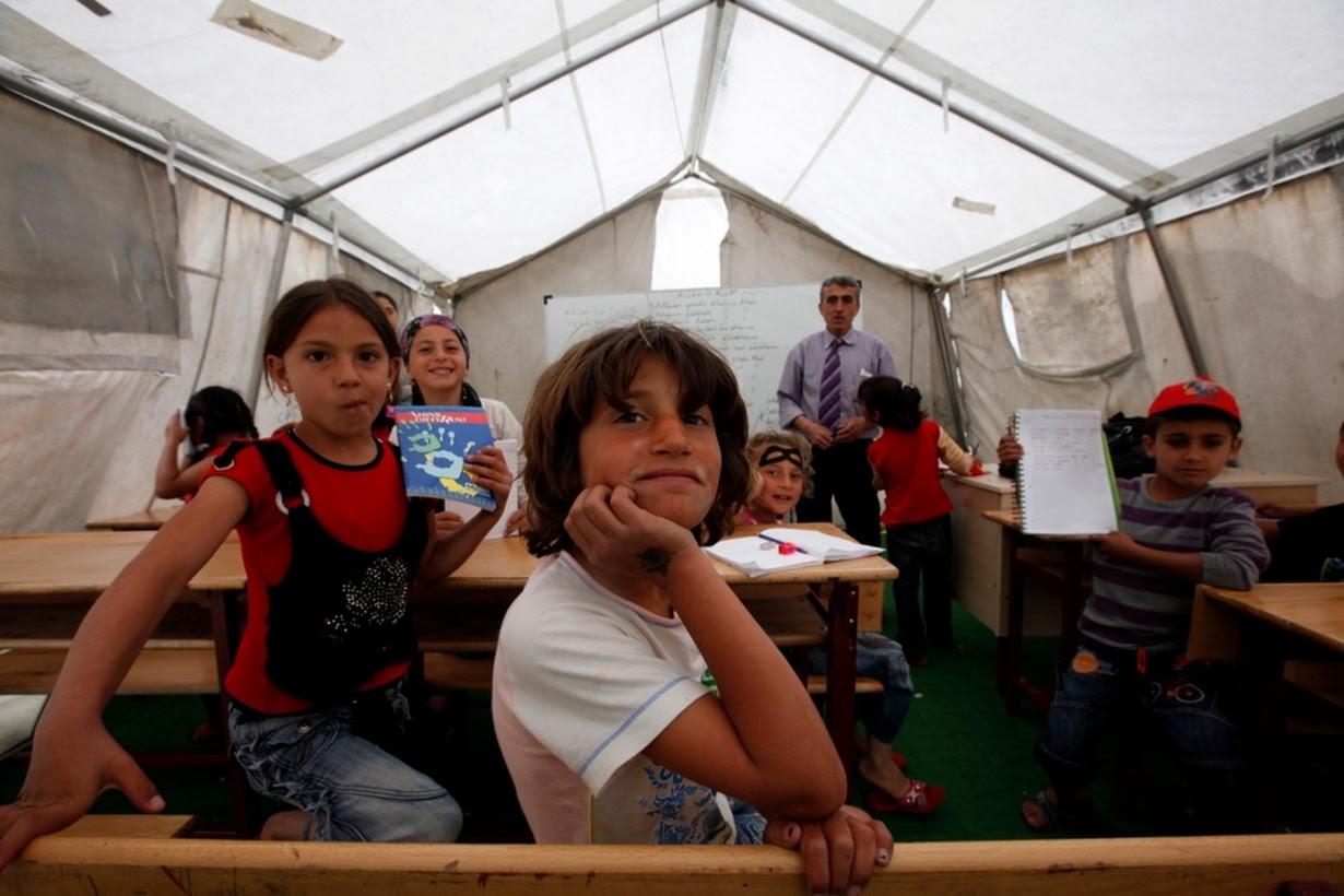 Niños sirios asisten a una clase en un aula improvisada en el campo de refugiados de Boynuyogun en Hatay (2012). Murad Sezer/Reuters