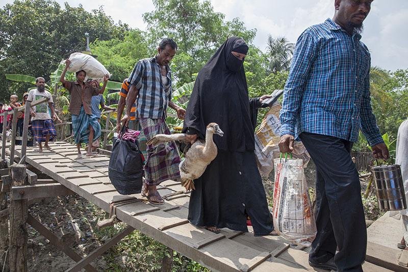 Un grupo de aldeanos están de camino a Dhaka en busca de mejores condiciones de vida (2012). Probal Rashid