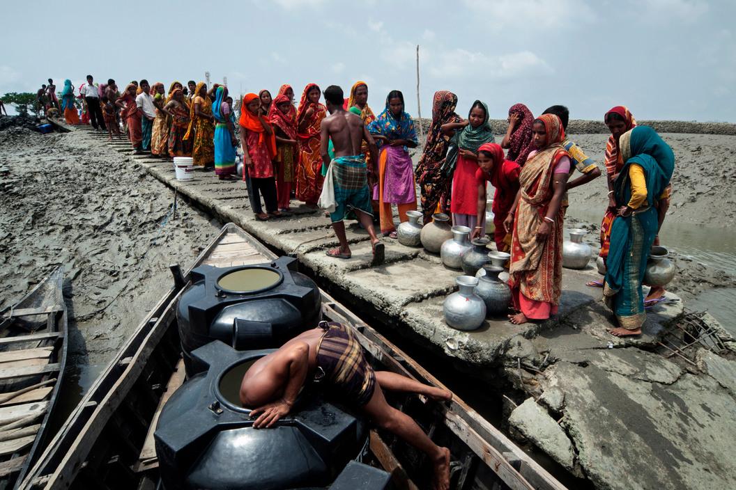 Suministro de agua potable a las personas desplazadas por las inundaciones causados por el ciclón Aila en el suroeste del país. Distrito Sathkira (2010). Jonas Bendiksen/Magnum Photos