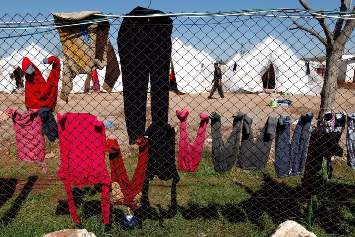 Ropa tendida de una valla en el campo de refugiados Reyhanli en Hatay (2012). Murad Sezer/Reuters