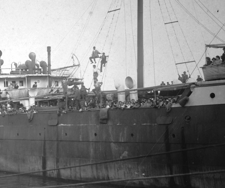 Trasatlántico Cádiz, similar al Balvanera, atracado en el muelle de Montevideo procedente de España