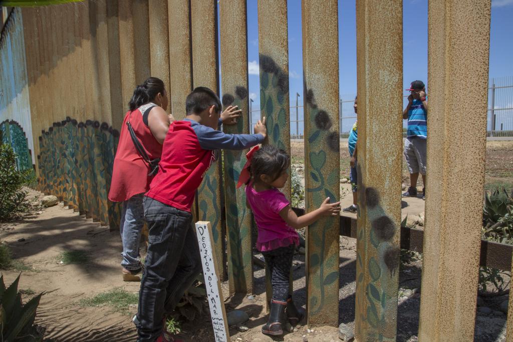 Carmen Morales y sus nietos, Christian y Sofía, ven por primera vez a su nuera y sus nietos Jessi y Crystal