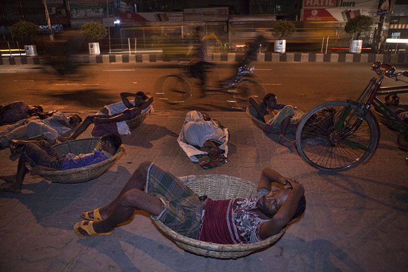 Un gran número de personas sin hogar son migrantes que llegan a Dhaka con la esperanza de un futuro mejor (2012). Probal Rashid