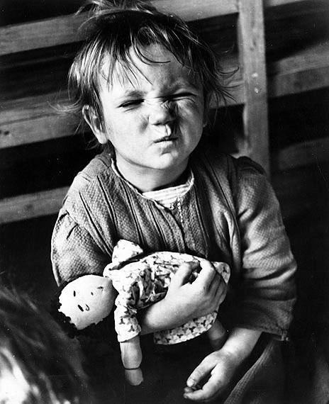 Niña con una muñeca hecha en casa. Viena (1948). David Seymour/Magnum Photos