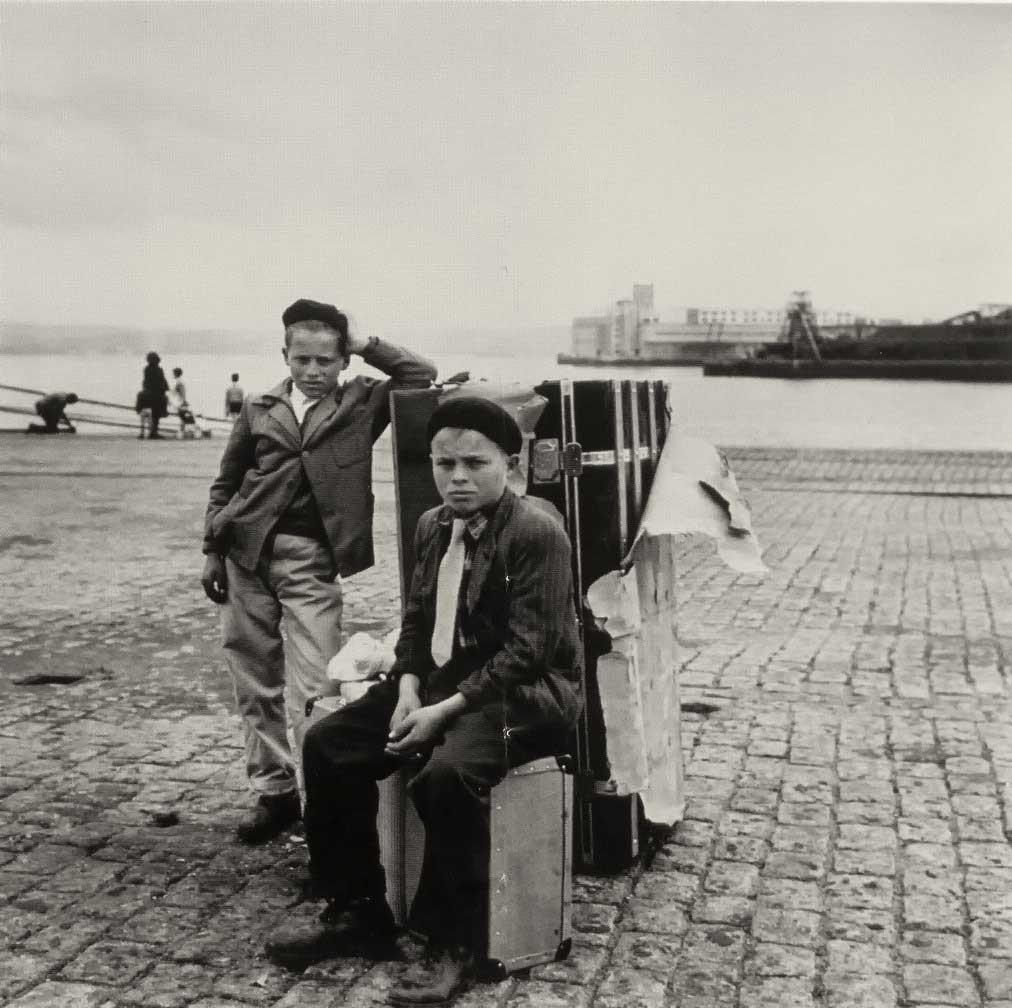 Antonio Mallón y Jesús Mallón tras perder uno de ellos el barco a Venezuela (1960). Puerto de A Coruña