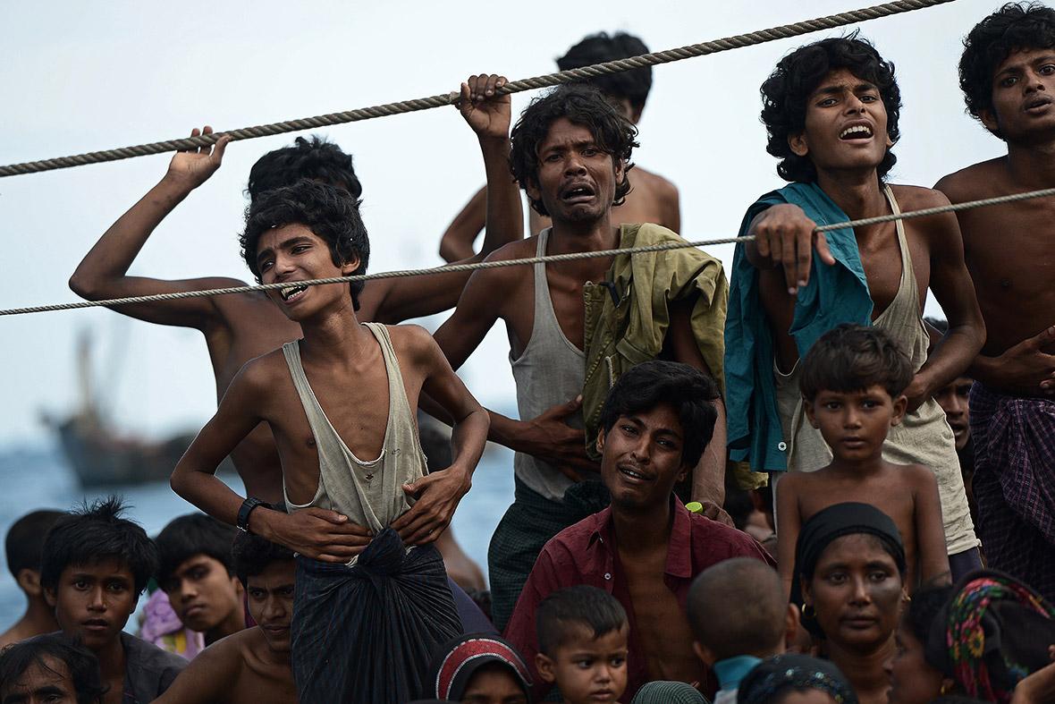 Rohingya y migrantes de Bangladesh en un barco a la deriva en aguas de Tailandia (2015). Christophe Archambault/AFP