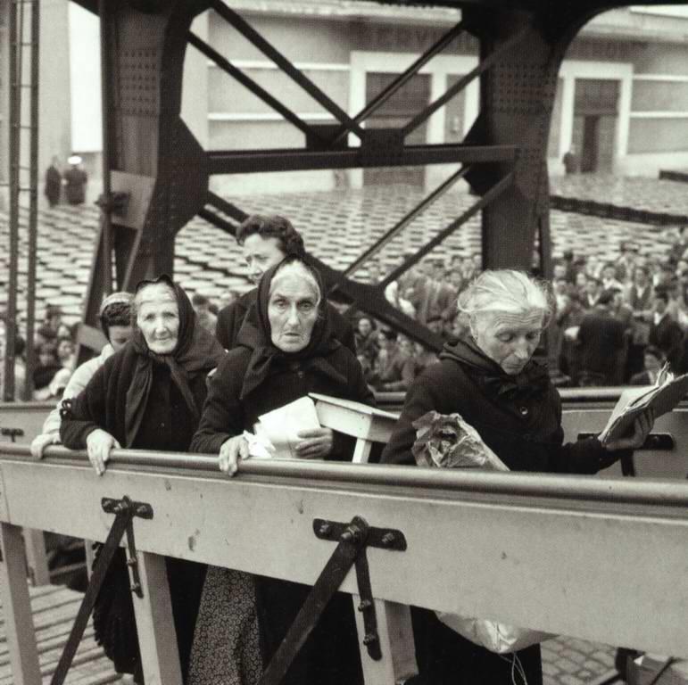 Subiendo a bordo con su objeto más preciado (1962). Puerto de A Coruña