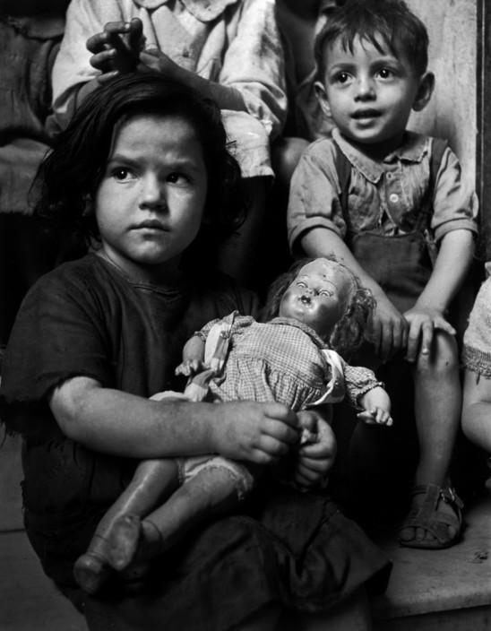Una niña a la espera de la distribución de leche. Nápoles (1948). David Seymour/Magnum Photos