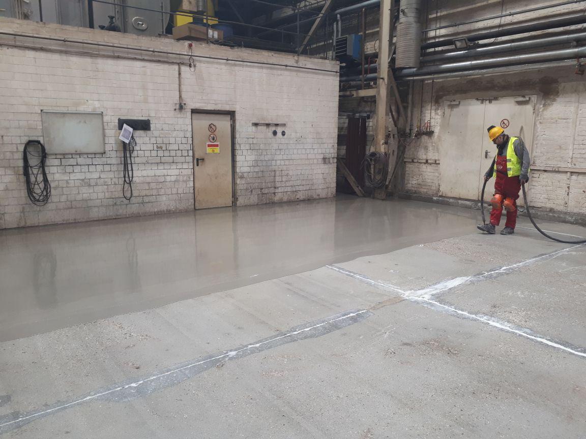 Auftragen der Fußbodenbeschichtung