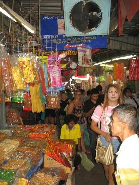 Auf dem Riesenmarkt...hier ein Stand mit getrocknetem Essen
