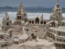 Uma das esculturas em areia que artistas fazem nas praias. Tem até concursos.