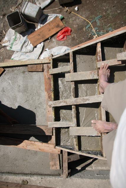 Barfuss auf der Baustelle