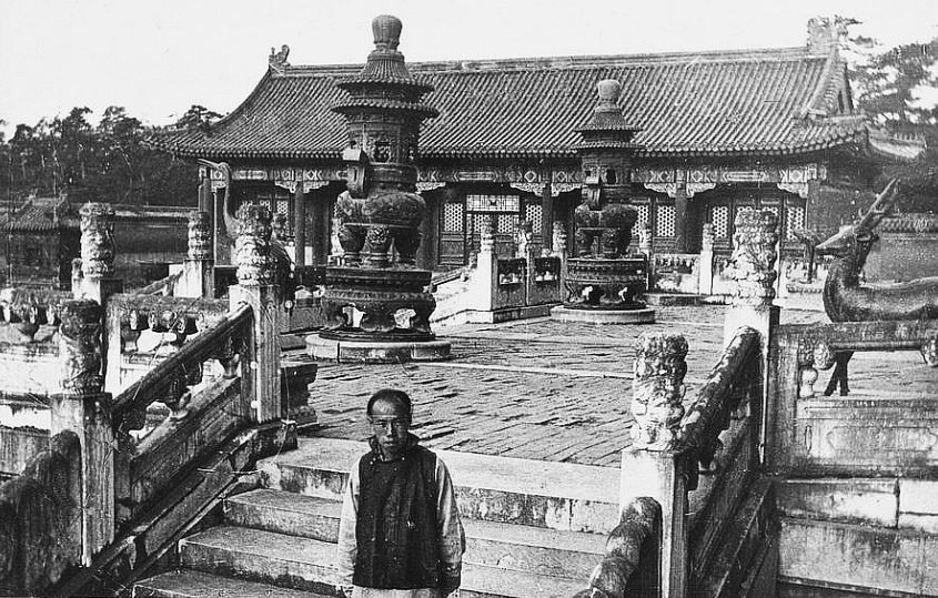 80. — Tombes impériales de Si-ling. Disposition des brûle-parfums et des animaux en bronze sur la plate-forme de la pagode principale à la tombe de l'Empereur Young-tcheng.