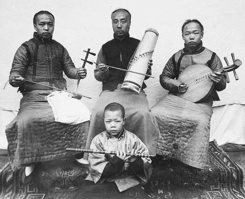 295. — Pékin. Un orchestre chinois composé de quatre musiciens.