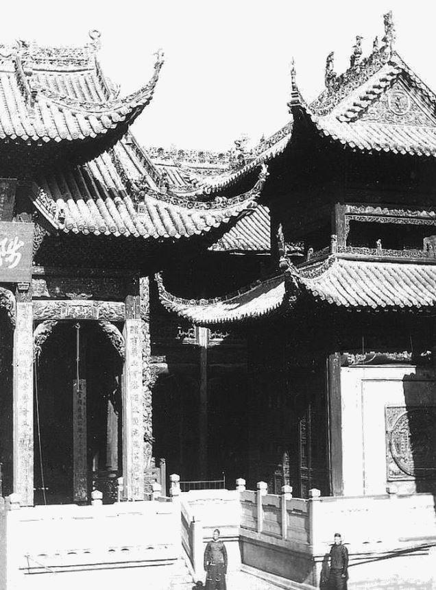 151. — Une partie du temple à Han-kéou. Vue prise de la cour intérieure.