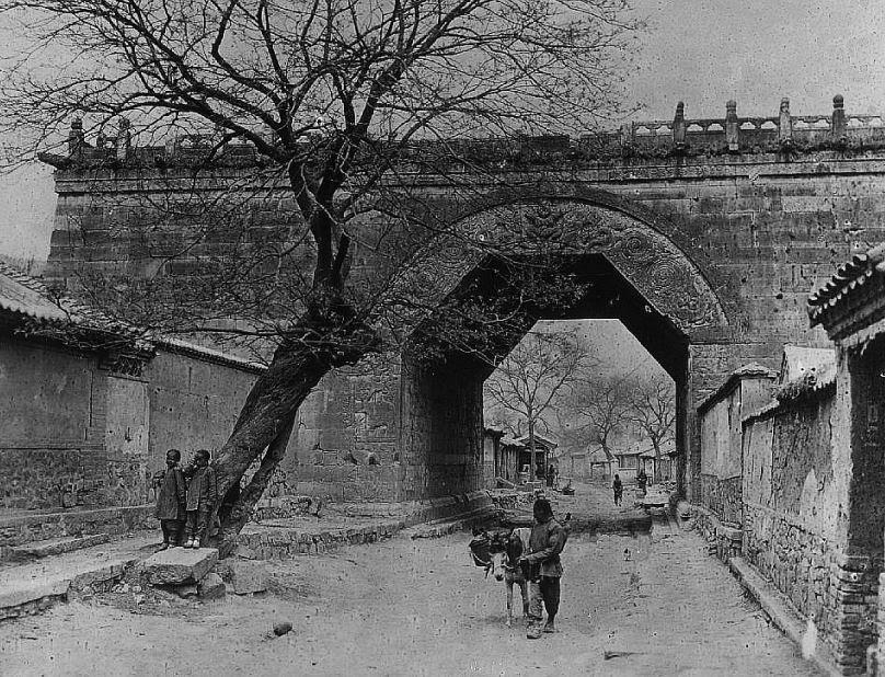 193. — Environs de Pékin. La porte de T'su-loung-kouan, route de Kalgan dans la passe de Nan-kow, nord-ouest de Pékin.